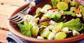 groene-salade-met-druiven-walnoten-en-kaas
